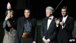 US boxing legend Muhammad Ali (2nd L) and wife Lonnie (L) along with US President Bill Clinton (2nd R) and friend and actor Jim Carrey (R) on stage, 19 November 2005, during the Grand Opening Gala for the Muhammad Ali Center at the Kentucky Center in Loui