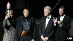 Na otvaranju Centra Muhamed Ali u novembru 2005, Najveći sa bivšim američkim predsjednikom Bilom Klintonom