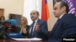 Armenia -- Opposition leader Edmon Marukian (C) speaks at a news conference in Yerevan, February 11, 2020.