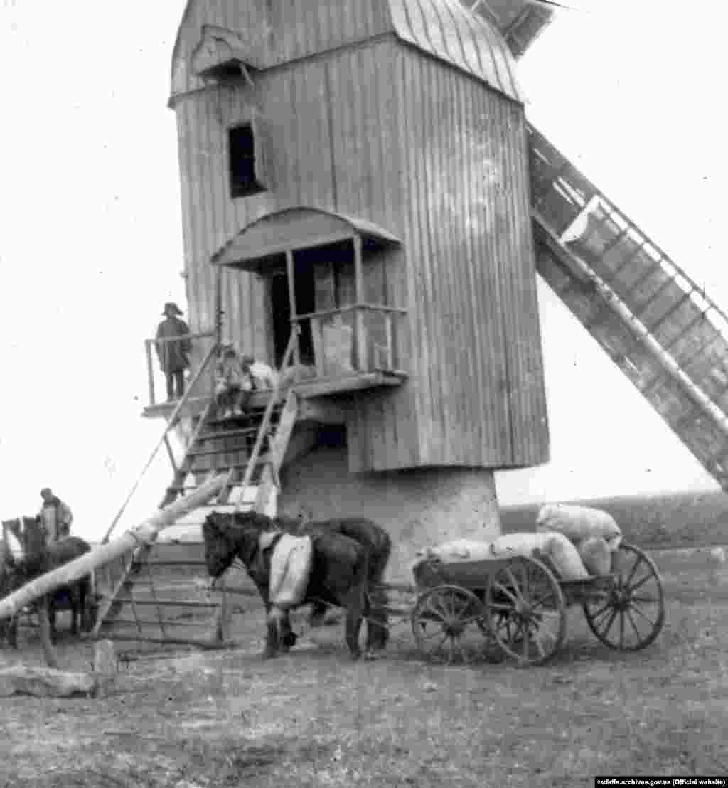 Вітряний млин у селі Удачне Червоноармійського району Донецької області, 1930-і роки
