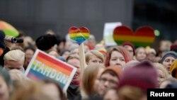 Susținători ai căsătoriilor gay demonstrînd la Helsinki