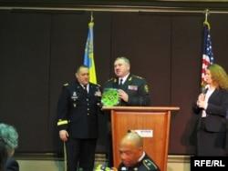 Командувач Національної гвардії України Юрій Аллеров дає подарунок командувачу Національною гвардією Каліфорнії Девіду Болдвіну на знак вдячності за співпрацю