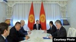 Президент Кыргызстана Алмазбек на переговорах с заместителем премьер-министра Узбекистана Адхамом Икрамовым. Бишкек, 18 января 2017 года.