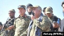 Абдул-Рашид Дустум (с рацией) среди афганских военнослужащих, февраль 2016 года.