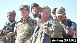 """Ауғанстан генералы Абдул Рашид Дустум (оң жақтан екінші) """"Талибан"""" содырларына қарсы әскери операцияны басқарып тұр. Сурет 2015 жылы түсірілген."""