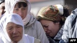 Мать и жена Решата Аметова на похоронах активиста. Симферополь, 18 марта 2014 года.