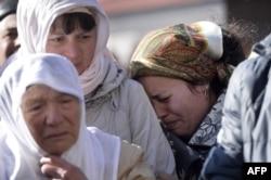 Reşat Ametovnıñ anası ve apayı onıñ 2014 senesi mart 14 kününde yapılğan cenazesinde