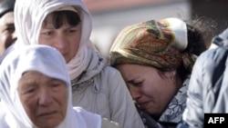 Reşat Ametovnıñ anası ve apayı onıñ 2014 senesi mart 14 kününde qılınğan cenazesinde