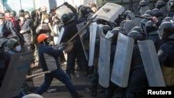 Шерушілер мен полиция қақтығысы. Киев, 18 ақпан 2014 жыл.