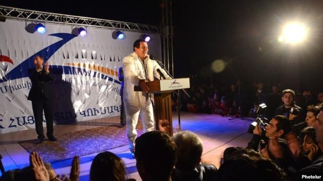 Armenia - Prosperous Armenia Party leader Gagik Tsarukian speaks at an election campaign rally in Ararat, 8Nov2013.