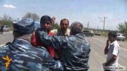 Ոստիկանական պատնեշ՝ մայրուղին փակել փորձող գյուղացիների դեմ