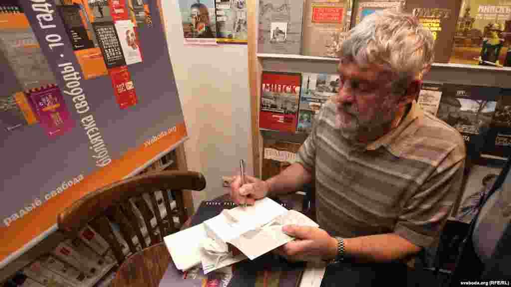 Уладзімер Арлоў падпісвае кнігі ўдзельнікам прэзэнтацыі