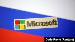 Emblema Microsoft cu steagul Rusiei în fundal.