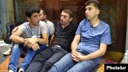 Դավիթ Սանասարյանը (աջից) և այլ ակտիվիստներ Ազատության հրապարակում, 6-ը հուլիսի, 2015թ․