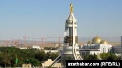 """""""Түркіменбашы"""" Сапармұрат Ниязовтың ескерткіші. Ашғабат, 22 шілде 2010 жыл."""