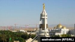 Памятник бывшему президенту Туркменистана Сапармурату Ниязову в центре Ашгабата. 22 июля 2012 года.