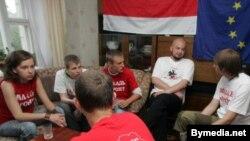 Активисты «Молодого фронта» голодают, не отказывая себе в духовной пище