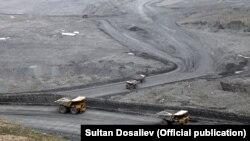 Heavy dump trucks transport waste rock to heaps at the Kumtor gold mine. (file photo)