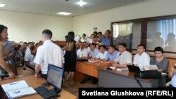 Участники судебного процесса и дольщики на процессе по делу компании «Азбука жилья». Астана , 13 июля 2016 года.