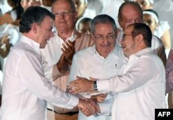 Juan Manuel Santos (L) i lider FARC-a, Rodrigo Londono prilikom postizanja istorijskog mirovnog sporazuma
