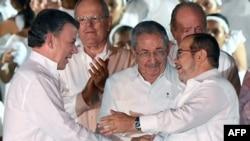 Президент Колумбии Хуан Мануэль Сантос (слева) и лидер FARC Rodrigo Londono (справа) после заключения мира, 26 сентября 2016