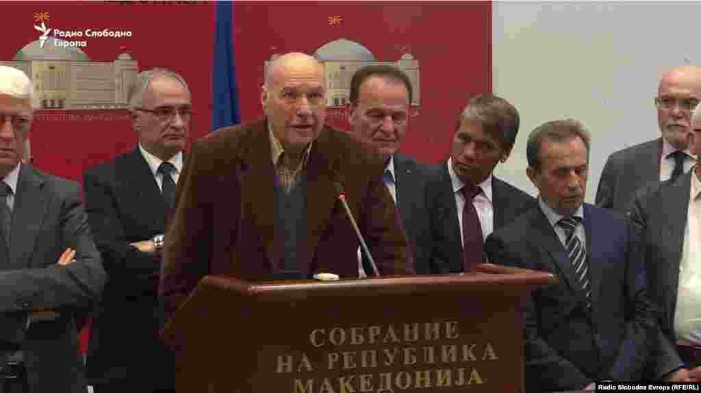 """Поранешни пратеници од првиот парламентарен состав во независна Македонија денеска на прес конференција во Собранието ги повикаа граѓаните без разлика на партиската припадност да гласаат """"за"""" на референдумот в недела."""