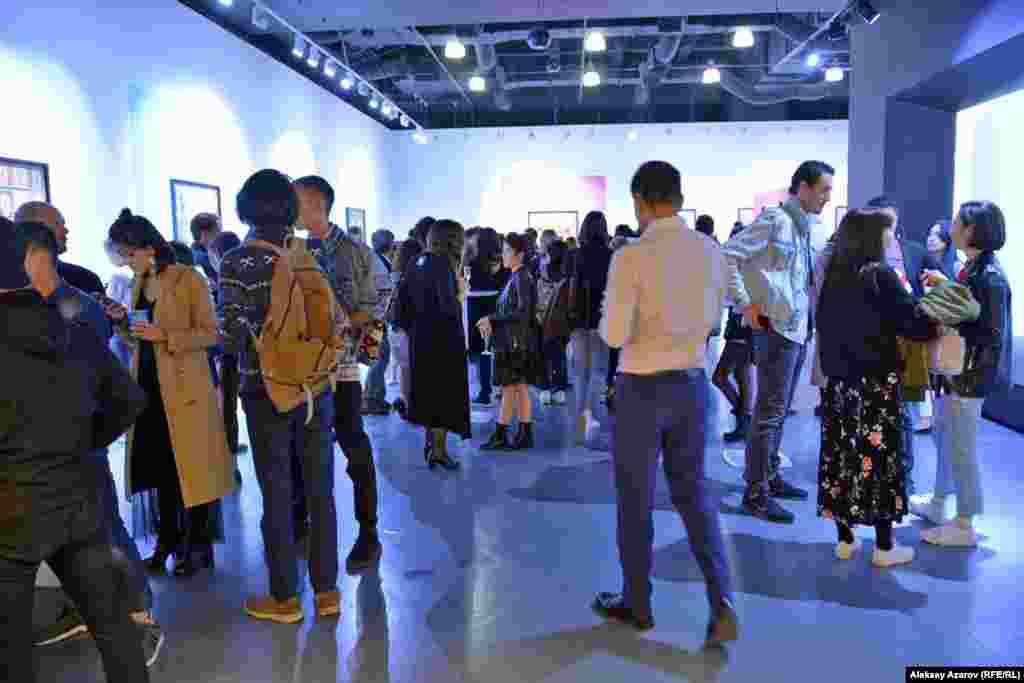 Открытие выставки арт-дуэта казахстанских художников Berkin&Mika привлекло внимание алматинцев, в первую очередь молодежи, интересующейся Fine Art Photography. Можно сказать, что вернисаж прошел с аншлагом. На этом фото запечатлен выставочный зал с большим количеством посетителей. На этот момент волна посетителей уже несколько стихла и стало посвободнее.