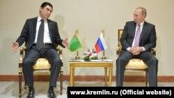 Gurbanguly Berdimuhamedow bilen Wladimir Putin Tähranda duşuşýar. Arhiwden alnan surat