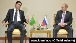 Türkmenistanyň prezidenti Gurbanguly Berdimuhamedow (çepde) we Orsýetiň prezidenti Wladimir Putin Eýranyň paýtagty Tähranda duşuşýarlar. 23-nji noýabr, 2015 ý.