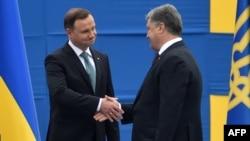 Президент України Петро Порошенко (праворуч) та президент Польщі Анджей Дуда у Києві. 24 серпня 2016 року