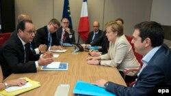 Франсуа Олланд (л), Анґела Меркель (2-га п) і Алексіс Ципрас (п) на зустрічі у Брюсселі, 26 червня 2015 року