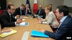 Ֆրանսիայի նախագահ Ֆրանսուա Օլանդը, Գերմանիայի կանցլեր Անգելա Մերկելը և Հունաստանի վարչապետ Ալեքսիս Ցիպրասը (աջից) հանդիպում են Բրյուսելում, 26-ը հունիսի, 2015թ․