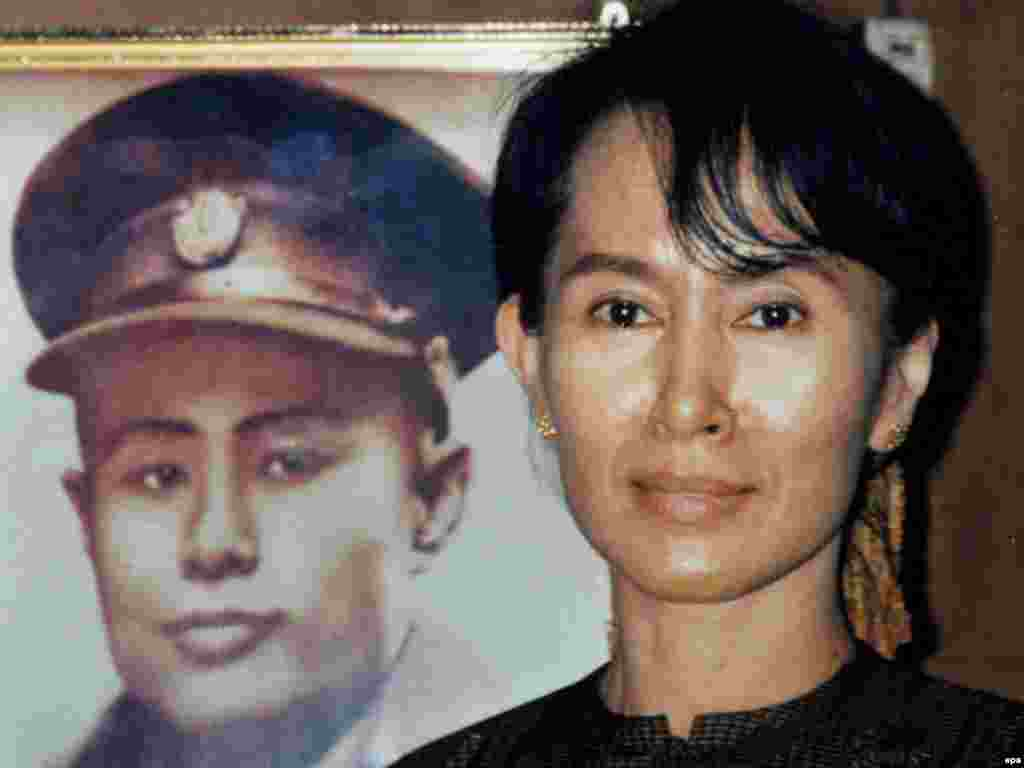 Myanmar -- Nobel laureate and Myanmar Opposition party National League for Democracy (NLD) leader Aung San Suu Kyi (R) posing with a picture of Bogyoke Aung San, known as the father of Myanmar's independence movement, 2002 - epa01729577 epa00745782 (FILES) A file picture dated 2002 shows Nobel laureate and Myanmar Opposition party National League for Democracy (NLD) leader Aung San Suu Kyi (R) posing with a picture of Bogyoke Aung San, known as the father of Myanmar's independence movement. Myanmar opposition leader Aung San Suu Kyi was taken to Yangon's notorious Insein Prison on 14 May 2009 to face charges of allowing a US national to visit her in her Yangon home where she has been under detention for six years. EPA/NLD