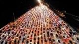 Затор на шашы перад пастамі дарожнай аплаты ў правінцыі Хэнань, Кітай, 24 верасьня.