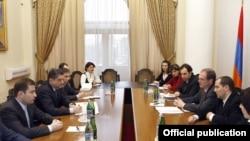 Встреча премьер-министра Армении Тиграна Саргсяна с главой миссии МВФ в Армении Марком Хортоном (архив)