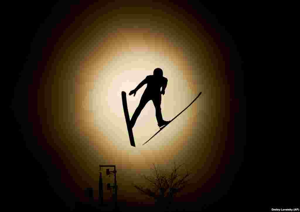 Комбинированная лыжная эстафета: Эрнест Яхин из команды ОАР прыгает во время тренировок в двоеборье комбинированной лыжной эстафеты