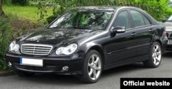 Именно дорогой черный автомобиль на постсоветском пространстве всегда считается идеальным символом демонстрации власти и богатства