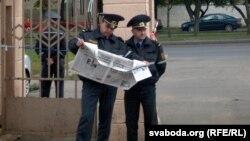 Міліцыянты чытаюць газэту «Товарищ» падчас аднаго зь пікетаў у Магілёве, архіўнае фота