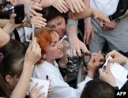 Петр Порошенко раздает автографы своим сторонникам во Львове