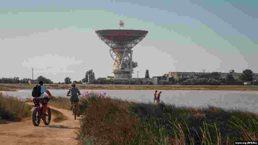 На берегу соленого озера Тереклы.На горизонте – радиотелескоп Центра дальней космической связи РТ-70, который ввели в эксплуатацию в конце 1978 года. Это одна из достопримечательностей Молочного. Полная фотоистория из Молочного– в нашей галерее