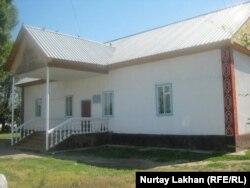 Здание школы в селе Исаев.