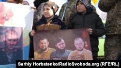 Дети с фото погибших бойцов: Владимир Майборода, Андрей Маслов, Вячеслав Куцмай
