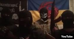 Объявление об убийстве Моторолы на фоне флага Misanthropic Division