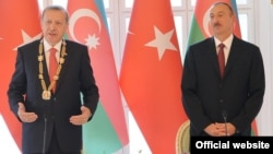 Azerbaijan - Turkish President Recep Tayyip Erdogan (L) speaks after being awarded a Heydar Aliyev Order by his Azerbaijani counterpart Ilham Aliyev, Baku, 3Sep2014.