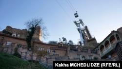 У крепости Нарикала в Грузии близ Тбилиси. 7 ноября 2014 года.