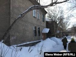 Старые двухэтажные дома в Караганде, которые жители просят власти отремонтировать, Караганда, 3 марта 2020 года.