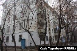 Дом, в котором проживал подорвавшийся на гранате Роман Поздняков. Алматы, 21 марта 2014 года.