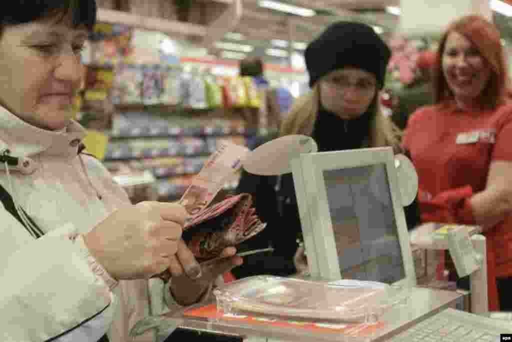 1 января Латвия вступила в еврозону, став 18-м членом этого валютного союза. На смену лату пришел евро, но обе валюты будут иметь хождение первые 14 дней нового года. Среди латышей нет единства мнений относительно вступления в еврозону. Согласно опросам общественного мнения, лишь четверть населения рада переходу на евро. Из бывших республик СССР в еврозону до Латвии вошла лишь Эстония - в 2011 году.