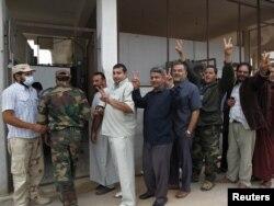 Очередь желающих посмотреть на мертвого Каддафи