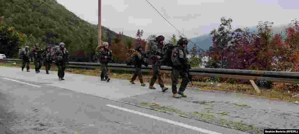 Pjesëtarë të KFOR-it duke shkuar në pikën kufitare në Bërnjak.